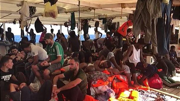 El Open Arms propone trasladar a los migrantes a España en avión