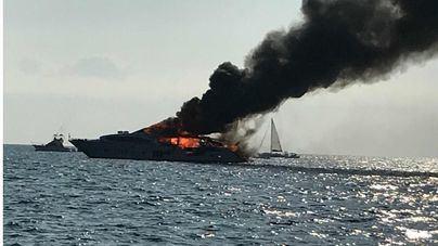 Rescatadas quince personas del yate ardiendo frente a Es Trenc