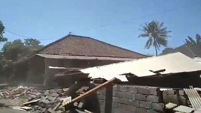 Un fuerte terremoto en Indonesia causa 23 muertos y más de 100 heridos