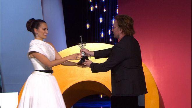 Una emocionada Penélope Cruz recibe el Premio Donostia de manos de Bono