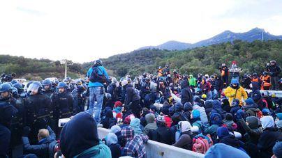 La Policía francesa comienza a desalojar de los manifestantes de la Jonquera