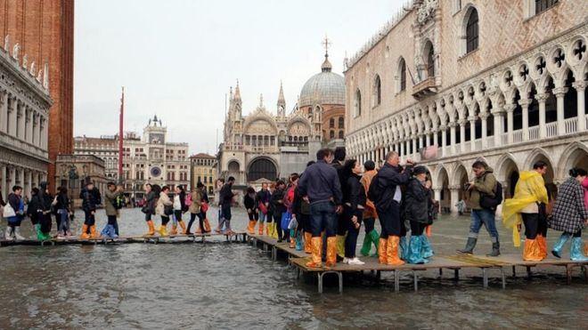 Dos muertos en las inundaciones de Venecia, las peores en más de 50 años