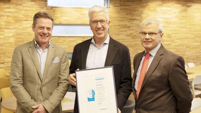 Klaus Erdmann, apoderado general de Schauinsland-Reisen, Gerald Kassner y Thomas Wolf en la entrega del certificado