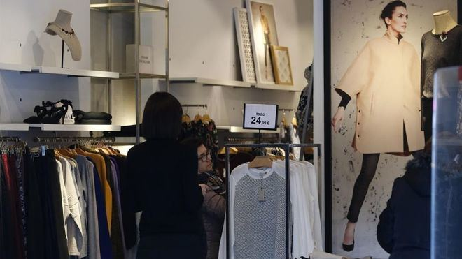 Las tiendas de ropa limitarán el aforo y retirarán durante dos días las prendas devueltas