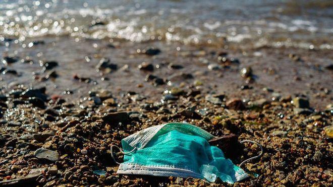 Mascarillas y guantes: la nueva amenaza medioambiental