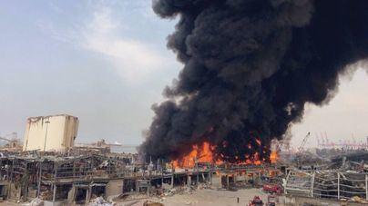 Beirut se tiñe de humo tras un voraz incendio en un almacen de la zona portuaria