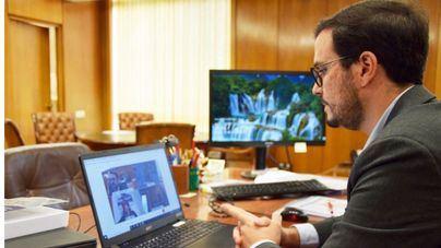 Garzón promete que el Gobierno bajará el precio de la mascarilla 'todo lo que se pueda'