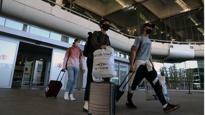 El Gobierno no eximirá a los emigrantes españoles del test PCR si regresan a casa por Navidad