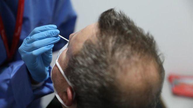 Ligero repunte de los contagios a 24 horas en España, aunque sigue bajando la incidencia