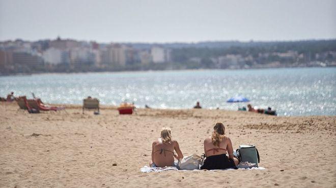 El Ministerio propone a las comunidades que la mascarilla no sea obligatoria en la playa