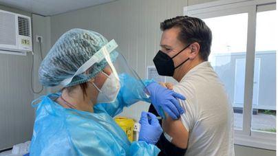 El Gobierno plantea retrasar la segunda dosis de la vacuna para acelerar las primeras tomas