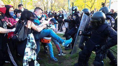Podemos admite que un detenido por pegar a agentes en el mitín de Vox en Vallecas está contratado por el partido