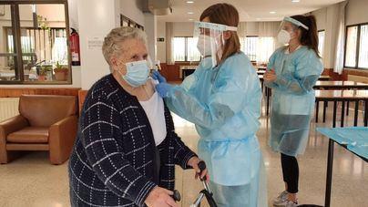 Las muertes de ancianos caen en picado gracias a la vacuna: de 2.390 en enero a 25 en abril