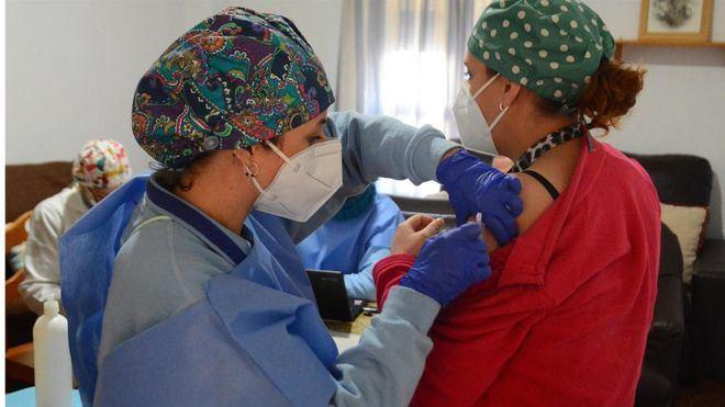 El 31 por ciento de la población española ya ha recibido la pauta completa de vacunación contra la Covid