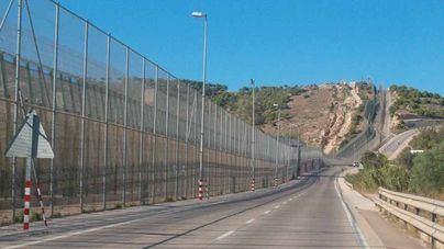 Tres guardias civiles resultan heridos en el salto a Melilla de 238 subsaharianos
