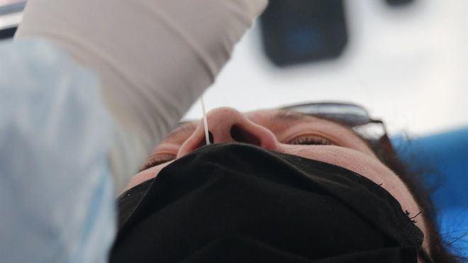 Casi 5.000 diagnósticos menos en el recuento semanal confirman el descenso de contagios en España