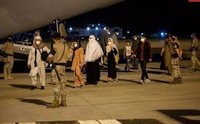Los talibán prohíben a los afganos llegar al aeropuerto para poder ser evacuados
