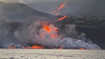 Los expertos afirman que tras llegar la lava del volcán al mar 'todo escapa a nuestro control'