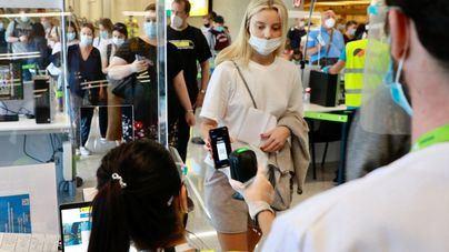 Canarias deja de exigir este viernes el pasaporte Covid o prueba PCR en sus aeropuertos