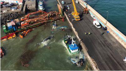 Las barreras de contención colocadas permiten confinar todo el aceite en el interior del Puerto de Gran Tarajal