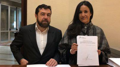 Miguel Gutiérrez y Begoña Villacís durante el registro de la Ley para combatir la ocupacio?n ilegal