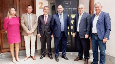 El PSOE y la FEHT coinciden en que las infraestructuras turísticas tienen que estar equiparadas con las inversiones en el sector