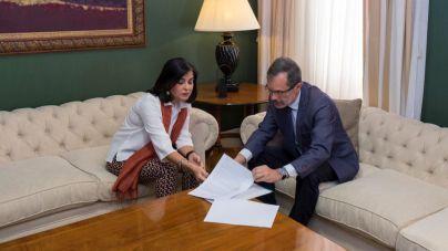 Marcial Morales presenta a la presidenta del Parlamento su iniciativa para acogerse a la 'ley de grandes poblaciones'