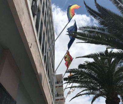 La bandera del colectivo LGTBI+ ya ondea en la fachada del Cabildo de La Palma