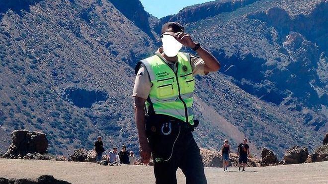 En el Teide un grupo de personas uniformadas y armadas ejercen funciones de policía sin serlo