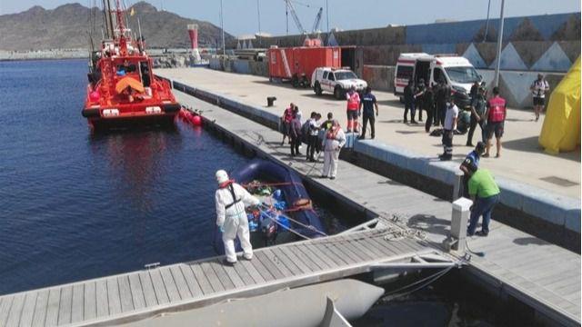 Salvamento Marítimo remolca a Fuerteventura una embarcación neumática con 31 inmigrantes a bordo