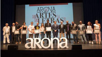 Arona premia las obras de una decena de artistas noveles en un acto protagonizado por Juan Bordes y Pérez-Reverte