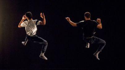 Estudiantes participan en la clase magistral sobre danza contemporánea de 23MASDANZA