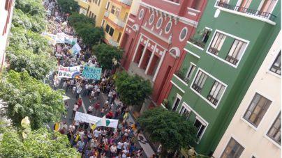 Miles de ciudadanos se manifiestan contra la ampliación del muelle de Agaete