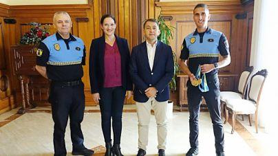 El alcalde recibe al agente Jonay González tras un año repleto de éxitos deportivos