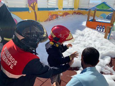 Los niños del HUC se ponen el casco de bombero por un día