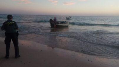 Localizan una patera a una milla de Famara con 24 migrantes a bordo, 3 de ellos menores