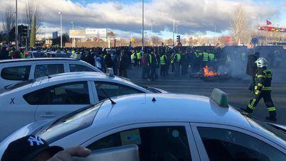 Centenares de taxistas cortan un tramo de la M-40 a la altura de Ifema