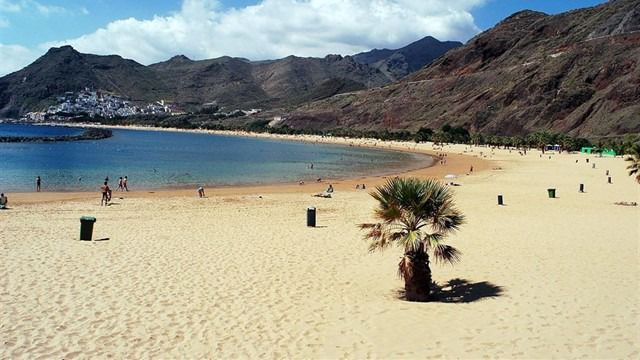 Reabierta al baño en su totalidad la playa de Las Teresitas