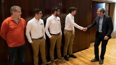 Clavijo recibe a un grupo de estudiantes de la ULL que ha diseñado un monoplaza eléctrico
