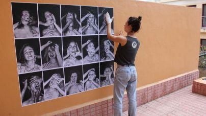 La artista Sara Batuecas realiza un mural de foto protesta contra la violencia machista