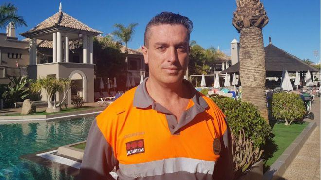 Un vigilante de seguridad salva la vida a un turista con un desfibrilador semiautomático