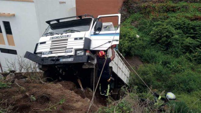 Bomberos de Tenerife excarcela en La Guancha al conductor de un camión tras sufrir un accidente
