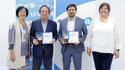 de izquierda a derecha, Rosa Gloria Suárez y Amós García Rojas, vicepresidenta y presidente de Unicef Canarias, respectivamente, junto a Jorge Marichal, presidente de Ashotel, y Nena Maroto, responsable del programa de Hoteles Amigos de UNICEF Canarias, durante la firma del acuerdo