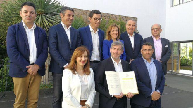 """Clavijo firma su """"contrato con Canarias"""" para los próximos 4 años"""
