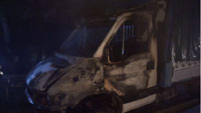 Bomberos de Tenerife interviene de madrugada en dos incendios de vehículos