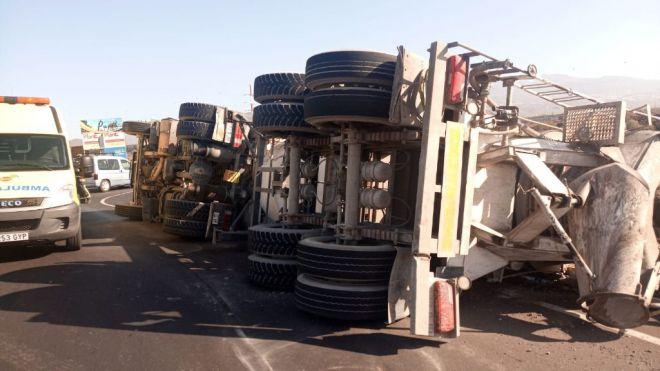 Un hombre resulta herido tras volcar su camión