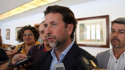 Alonso acusa al PSOE de presentar una censura con 'dos tránsfugas' y dejar al Cabildo 'preso' de Podemos