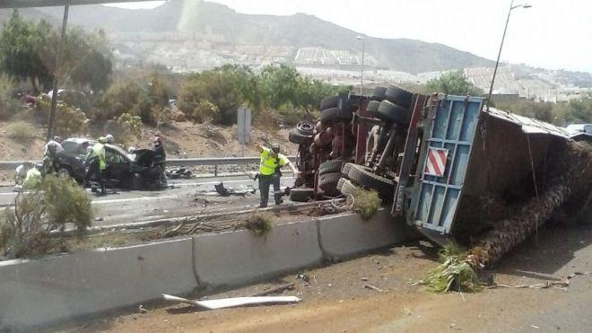 Fallece una mujer en el accidente ocasionado por el vuelco de un camión en la TF-1