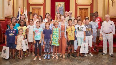 El Ayuntamiento recibe la visita de los niños y niñas saharauis que pasan sus vacaciones en la isla