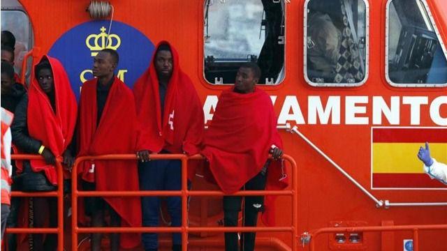 Rescatan al sur de Tenerife una patera con dos bebés, una niña de cuatro años y 33 adultos